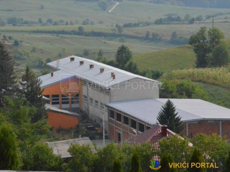 Panorama škole sa fiskulturnom salom u Izačiću