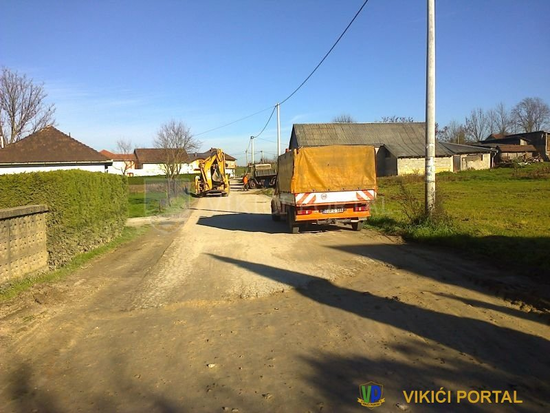 Pripreme udarnih rupa za asvaltiranje naselje Vikići