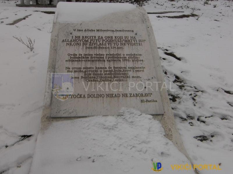 Spomen ploča pored masovne grobnice na Hrgaru