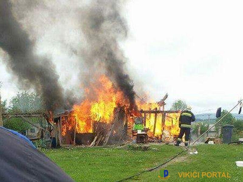 vatrogasci pokušavaju ugasiti požar kuća Halilagić na Izačiću