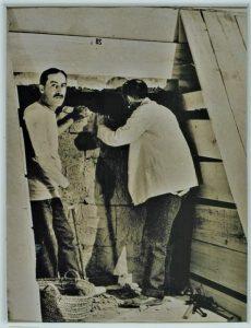 Carter i lord Carnarvon pred probijenom rupom grobne komore