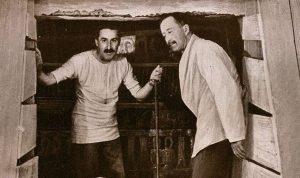 Carter i lord Carnarvon pred otvaranje vrata u grobnu komoru