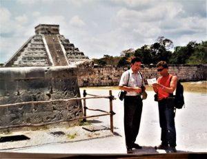 Ispred piramide u Uxmalu na Jukatanu. (sa dr. Eldinom Karakovićrm, koji se bavi proučavanjem tradicionalne medicine zaostalih plemena)