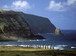 Kolosi na jednoj od obala otoka