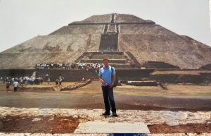Ispred piramide Sunca u Teotihuanaku svetom gtradu Azteka (Meksiko)