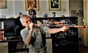 Cijev iz koje urođenici puhanjem izbacuju otrovne strijelice (donio sa putovanja)