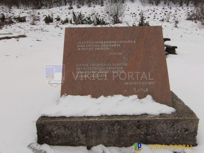 Ploča pored masovne grobnice na Hrgaru