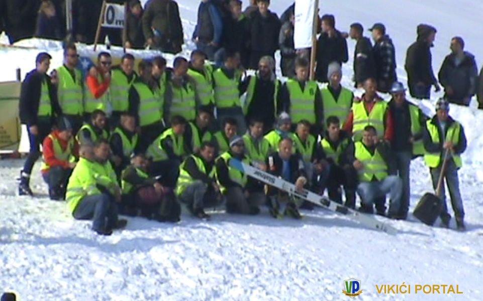 """zajednička fotografija skijaša skakača i redara skijaških skokova """"Vikići 2018"""""""