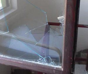 Razbijeni prozori na lovačkoj kući Mala Peć na Bugaru